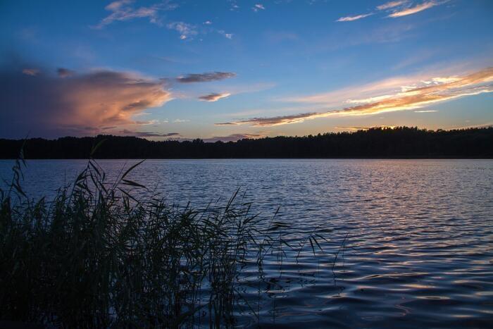 Den Sonnenuntergang über den Seen im Bauernhofurlaub in Mecklenburg-Vorpommern